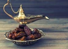 Dates et lampe Arabe d'or sur le fond en bois Foo oriental Photos libres de droits