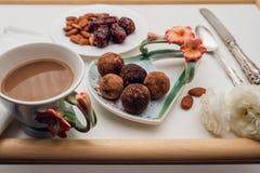 Dates faites maison bonbons au chocolat et tasse de café photographie stock libre de droits