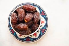 Dates fraîches de Medjool dans une cuvette kareem ramadan Fond blanc Style turc Vue supérieure Copiez l'espace image libre de droits
