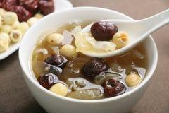 Dates, graines de lotus et soupe rouges à champignon blanc Images stock