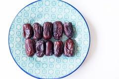 Dates iraniennes douces de plat arabe bleu de style Asiatique et produit biologique de Moyen-Orient La source des minerais et photographie stock