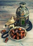 Dates, lanterne arabe et chapelet Décoration orientale photo stock