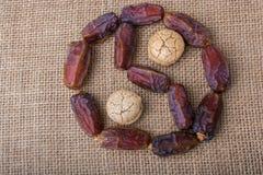 Datez la forme Ying-Yang de fruit et de biscuits comme icône d'harmonie et de Ba Images libres de droits