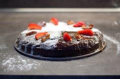 Datez le gâteau décoré du sucre, des dattes sèches et des fraises fraîches Image libre de droits