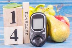 Datez le 14 novembre, le mètre de glucose pour vérifier le niveau et les fruits de sucre avec des légumes, le jour de diabète du  Image stock