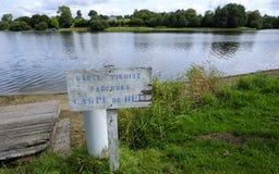Dathee sjö, Gummilacka de la Dathee, populärt ställe för nattfiske på karpen, yachten och golf i Normandie, Frankrike arkivbild