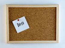 Dati appuntati su Cork Bulletin Board Immagine Stock