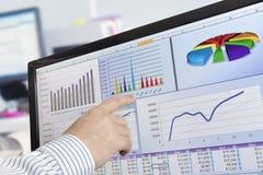 Dati di Analizing sul calcolatore immagine stock