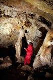 Dati di registrazione di indagine di Caver durante la mappatura della caverna fotografia stock libera da diritti