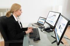 Dati di Working With Statistics della donna di affari sul computer Fotografia Stock