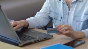 Dati entranti di signora senior delle sue fatture della carta, di pagamento e fare compera online stock footage