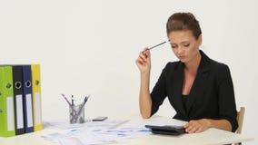 Dati finanziari di Calculating della giovane donna di affari stock footage