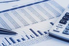 Dati finanziari di stima del foglio elettronico dell'azione bancaria del banchiere di attività bancarie con la penna ed il calcol fotografie stock