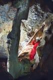 Dati reseiving di indagine di Caver durante la mappatura della caverna fotografia stock