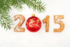 Dati un nuovo anno di 2015 casalinghi su neve con abete con la bagattella rossa Fotografia Stock Libera da Diritti