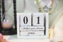 Datieren Sie am 1. April auf hölzernen Kalender mit bokeh im Hintergrund Lizenzfreies Stockbild