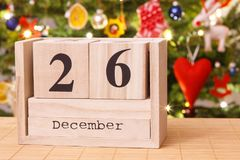 Datieren Sie am 26. Dezember auf Kalender, festlicher Baum mit Dekoration im Hintergrund, Weihnachtszeit Stockfotografie