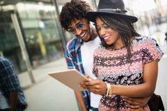 Datierung, Sommerferien, Stadt und Technologiekonzeptpaare mit Tablette stockbild