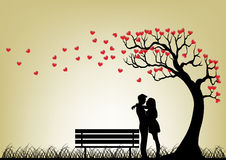 Datierungs-Paar-Schattenbild unter Liebes-Baum lizenzfreie stockfotografie