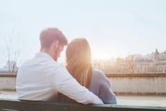 Datierungsoder erste Liebe, junges Paar, das zusammen auf der Bank sitzt Stockfotos