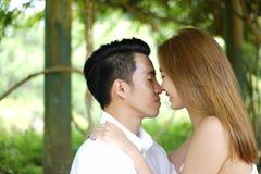 Datierungspaare draußen in einem glücklichen Verhältnis lizenzfreies stockfoto