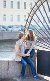 Datierungspaare nähern sich dem Sommergarten Stockbilder