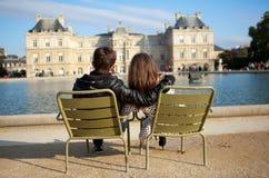 Datierungspaare in Paris lizenzfreie stockfotografie