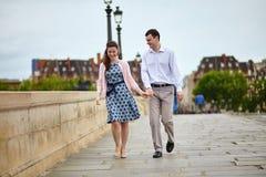 Datierungspaare in Paris, das Hand in Hand geht Lizenzfreie Stockfotos