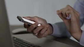 Datilografando uma mensagem no telefone celular video estoque