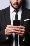 Datilografando uma mensagem para um sócio comercial Fotografia de Stock Royalty Free