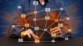 Datilografia com ícones conectados de uma comunicação ao redor Imagens de Stock