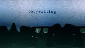 A datilografia da palavra de Copywriting centrou-se em uma folha de papel no áudio velho da máquina de escrever video estoque
