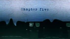 A datilografia da palavra do capítulo cinco centrou-se em uma folha de papel no áudio velho da máquina de escrever video estoque