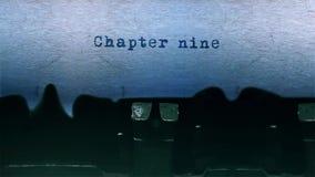 A datilografia da palavra do capítulo nove centrou-se na folha de papel no áudio velho da máquina de escrever vídeos de arquivo