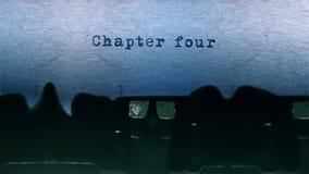 a datilografia da palavra do capítulo quatro centrou-se em uma folha de papel no áudio velho da máquina de escrever vídeos de arquivo