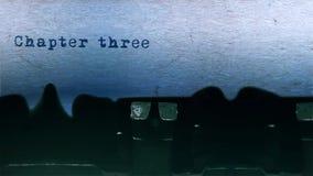A datilografia da palavra do capítulo três centrou-se na folha de papel no áudio velho da máquina de escrever filme