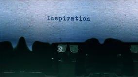 A datilografia da palavra da INSPIRAÇÃO centrou-se em uma folha de papel no áudio velho da máquina de escrever video estoque