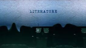 A datilografia da palavra da literatura centrou-se em uma folha de papel no áudio velho da máquina de escrever vídeos de arquivo