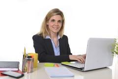 Datilografia de trabalho loura caucasiano feliz nova da mulher de negócio do retrato incorporado no laptop Fotos de Stock
