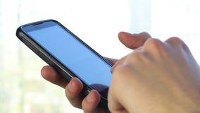 Datilografia do homem de negócios, enviando sms usando ambas as mãos, close-up video estoque