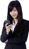 Datilografia do telefone da mulher de negócio imagens de stock royalty free