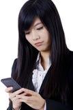 Datilografia do telefone da mulher de negócio foto de stock