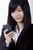 Datilografia do telefone da mulher de negócio imagem de stock