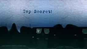 A datilografia extremamente secreto da palavra centrou-se em uma folha de papel no áudio velho da máquina de escrever video estoque
