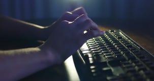 Datilografia no teclado na noite Iluminação escura do fundo Close-up filme