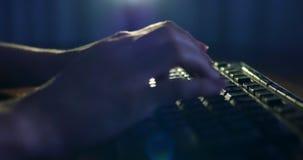 Datilografia no teclado na noite Iluminação escura do fundo Close-up video estoque