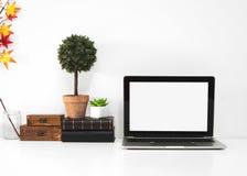 Datoråtlöje upp den vita skrivbordtabellen med den tomma skärmen royaltyfri bild