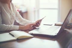 Dator för bärbar dator för hand för affärskvinna funktionsduglig på Arkivbild