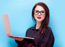 Dator för bärbar dator för ung rödhårig manaffärskvinna hållande Royaltyfri Bild