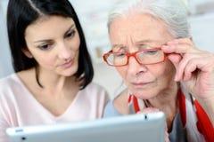 Dator för bruk för kvinna för damportion äldre arkivbilder